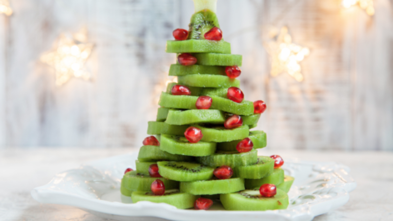 Platouri cu decorațiuni de Crăciun din fructe proaspete