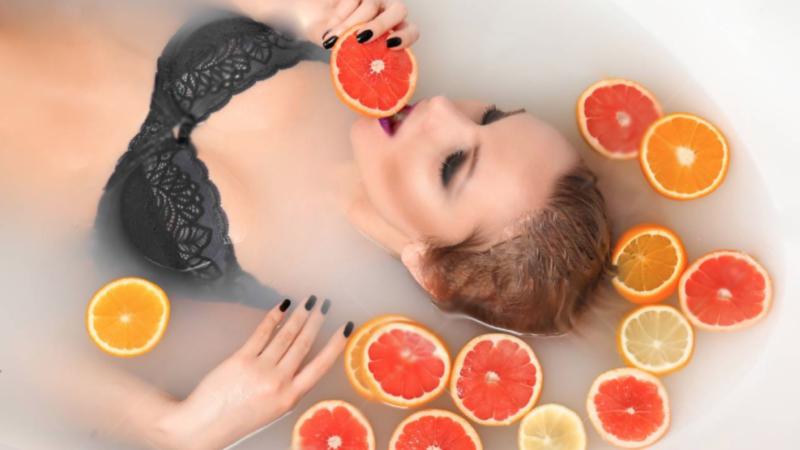 Baie relaxantă cu felii de portocale la tine acasă