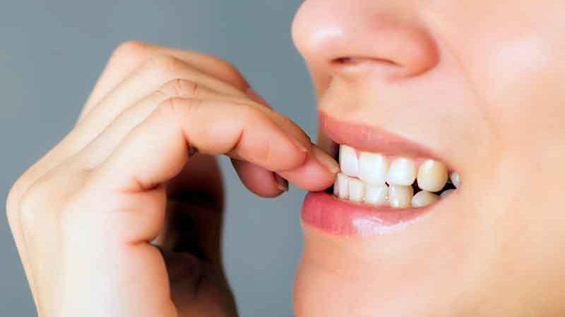 5 trucuri care te ajută să scapi de rosul unghiilor