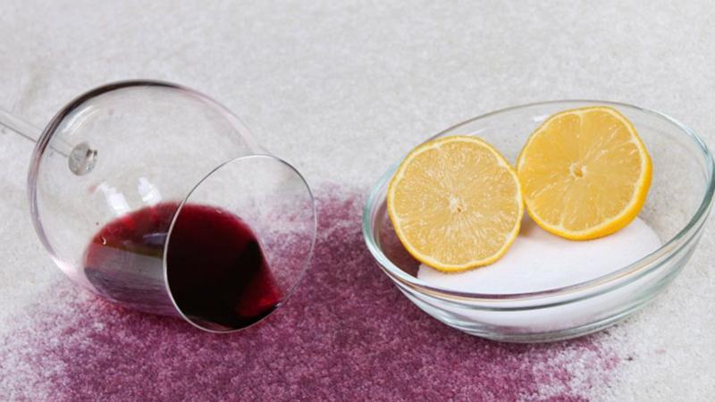 Cum sa cureti rapid petele de vin rosu